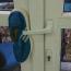 Trường hợp khóa đẩy nhẹ ra cái là bung khách hàng khắc phục bằng cách chèn dép vào.