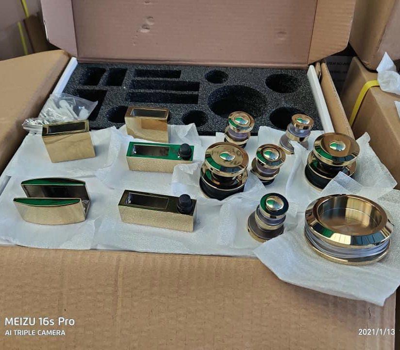 Bộ phụ kiện kính lùa treo ray 10x30 VVP màu vàng